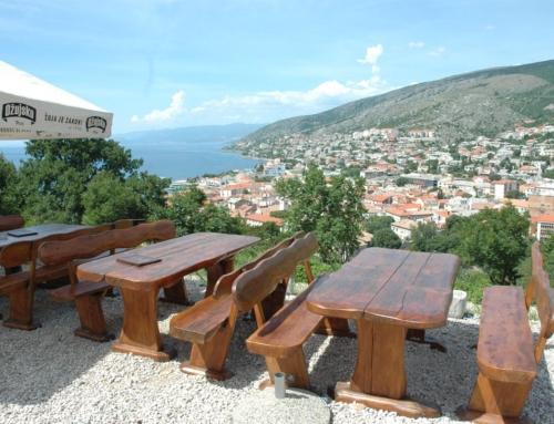 Vanjski stolovi u hladu suncobrana